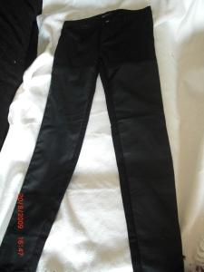 Svarta stretchjeans med skinn frampå
