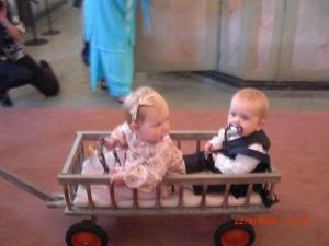 Först kom barnen in: Deras son Anton med liten tjej, sötnosar!