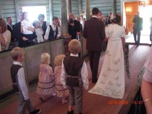 Nygifte og på vei ut av kirken, her ser dere kjolen bakfra...Vacker!